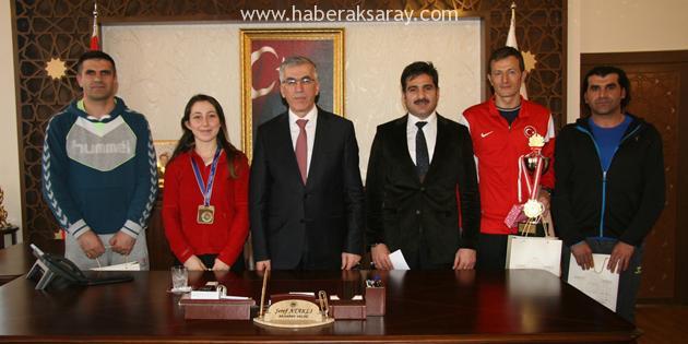 Başarılı sporcular altın ile ödüllendirildi