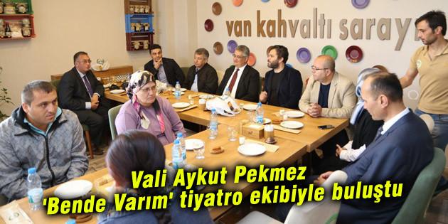 Vali Aykut Pekmez 'Bende Varım' tiyatro ekibiyle buluştu