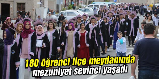 180 öğrenci ilçe meydanında mezuniyet sevinci yaşadı