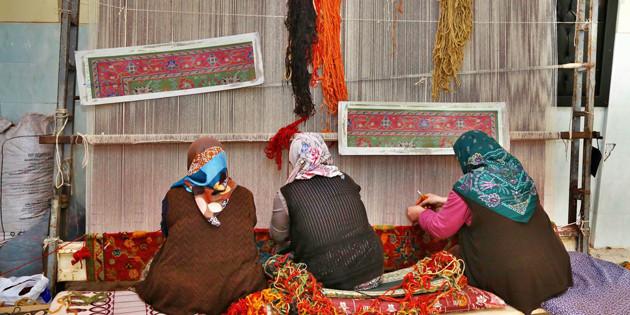 Ev kadınları evlerinde halı dokuyup aile bütçesine katkıda bulunacak