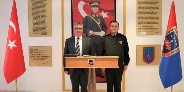 Vali Aykut Pekmez İl Jandarma Komutanlığını ziyaret etti