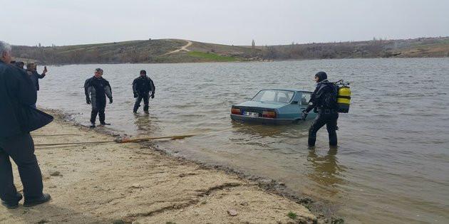 El freni çekilmeyen otomobil baraja düştü