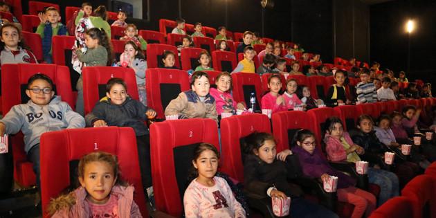 200 öğrenci 'Tavşan Peter' adlı çocuk sinemasını izledi
