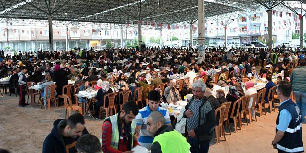 Ramazan'ın bereketi mahalle iftar sofralarında