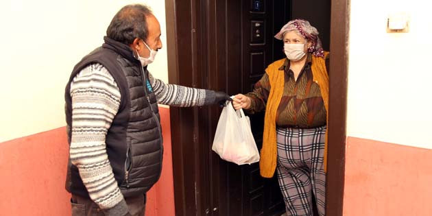 Evde kalan vatandaşlara sıcak yemek servisi yapılıyor