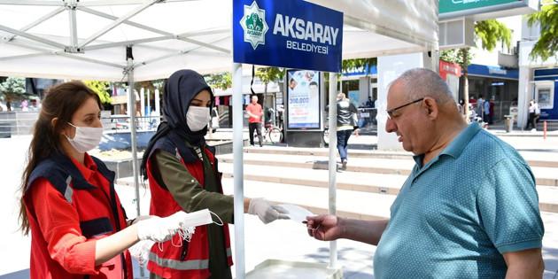 Aksaray Belediyesi vatandaşlara ücretsiz maske dağıtıyor