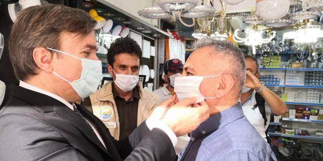 Vali Aydoğdu vatandaşlara kendi elleriyle maske taktı