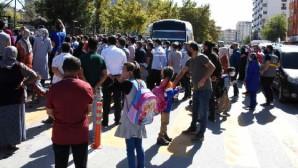 Aksaray'da okul önünde sosyal mesafe hiçe sayıldı!