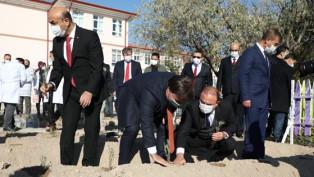 Vali Aydoğdu, öğretmenler gününü kutlayarak lavanta dikti