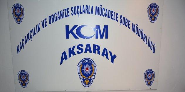 AKSARAY'DA BİR OTOMOBİLE OPERASYON DÜZENLEYEN POLİS, 81 ADET TARİHİ ESER ELE GEÇİRDİ. (YASİN CAN/AKSARAY-İHA)