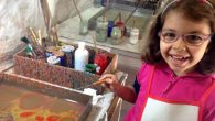 7 yaşındaki Ecrin Ebru Sanatı Eğitimi alıyor