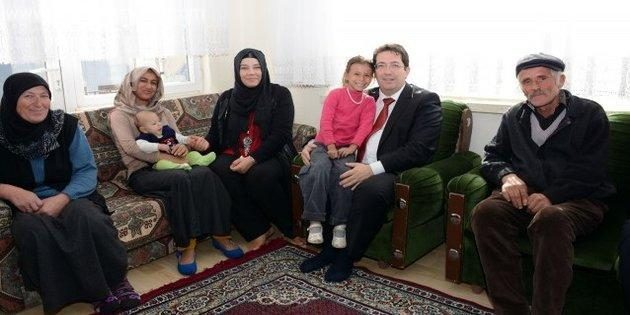 Başkan Yazgı evi yanan aileyi ziyaret etti