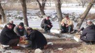 60'lık dedeler karda mangal yapıp, güreş tuttular