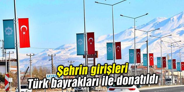 Şehrin girişleri Türk bayrakları ile donatıldı