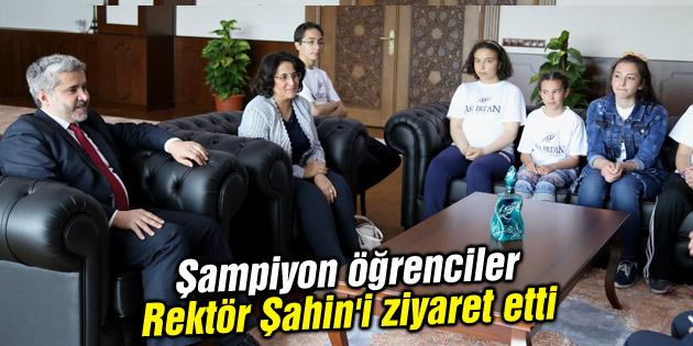 Şampiyon öğrenciler Rektör Şahin'i ziyaret etti