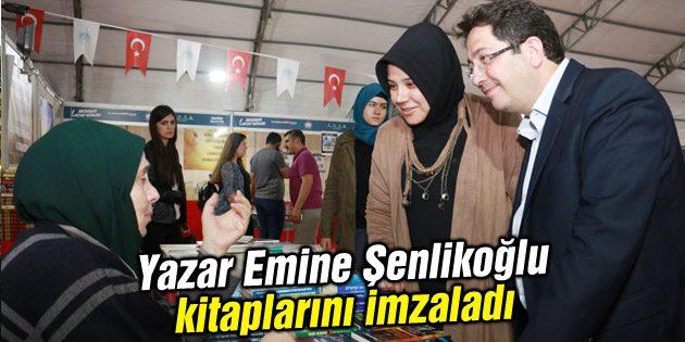 Yazar Emine Şenlikoğlu kitaplarını imzaladı