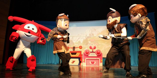 'Harika Kanatlar' adlı çocuk müzikalinde doyasıya eğlendiler