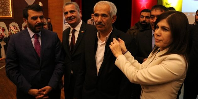 CHP'den AK Parti'ye geçtiler, rozetlerini İlknur İnceöz taktı