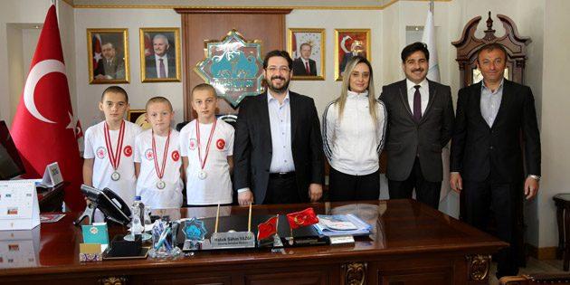 Başkan Yazgı başarılı sporcuları makamında kabul etti