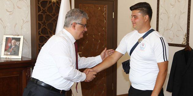 Şampiyon Okçu'dan Vali Pekmez'e ziyaret