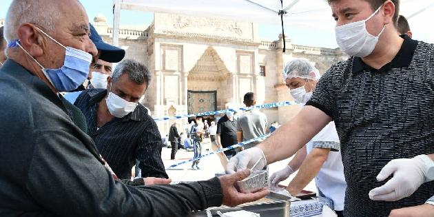 Aksaray'da camilerde aşure dağıtıldı