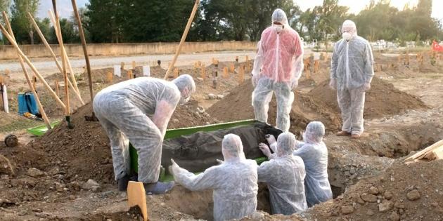 Mezarlık personelleri büyük fedakârlıkla çalışıyor