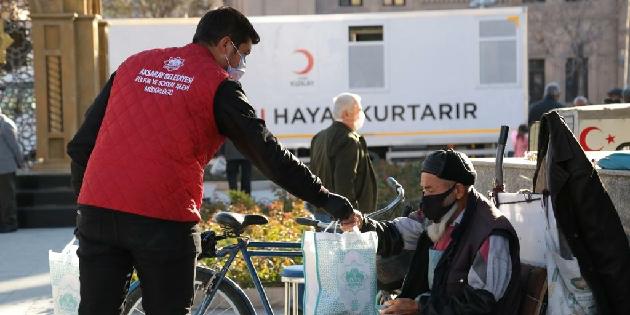 Aksaray Belediyesi sokak esnaflarına ikramda bulunuyor