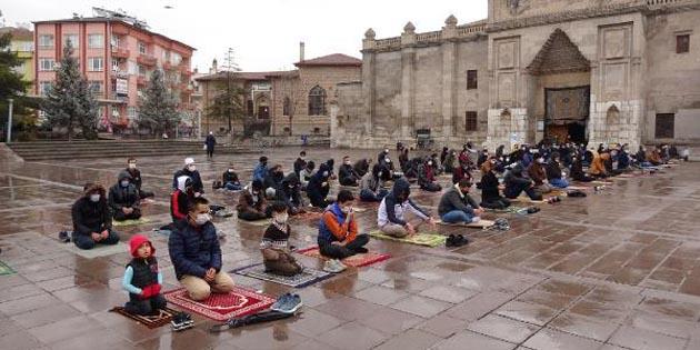 Aksaray'da cuma namazı sonrası yağmur duası edildi