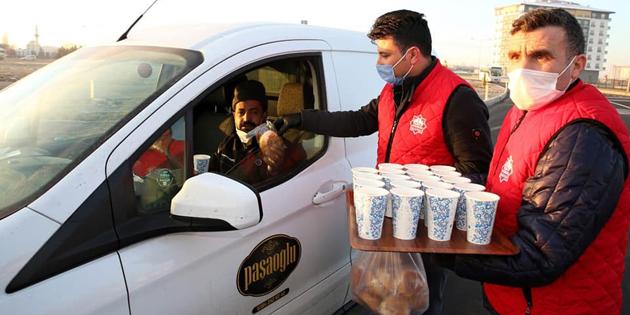 Aksaray Belediyesi sıcak çorba ikramını sürdürüyor