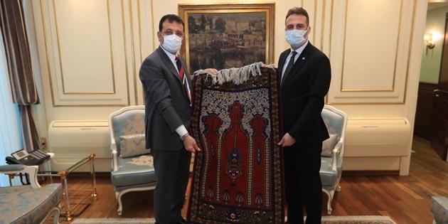 İYİ Parti İl Başkanı Türemiş'ten İmamoğlu'na anlamlı hediye