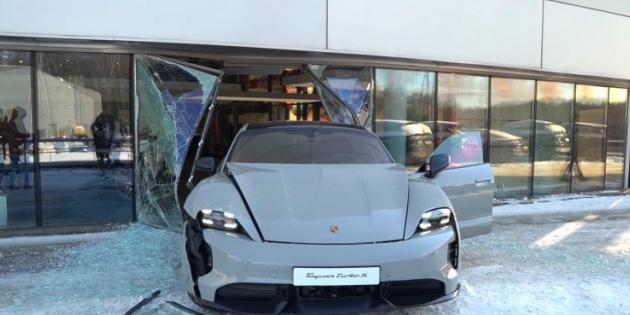 Rus YouTuber, Porsche Taycan Turbo S ile Kaza Yaptı [Video]