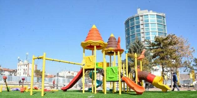 Aksaray'da park ve bahçeler şerit çekilerek kapatıldı