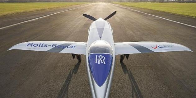 """Rolls-Royce, tamamen elektrikli dünyanın en hızlı uçağı olma yolculuğundaki en son aşama olan """"Spirit of Innovation"""" uçağının taksisini başarıyla tamamladı."""