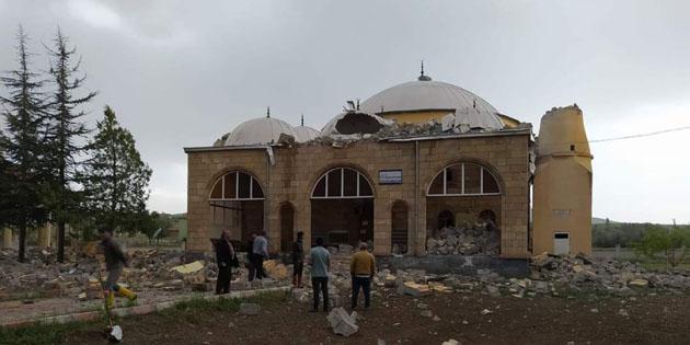 Aksaray'da kuvvetli fırtına caminin minaresini yıktı