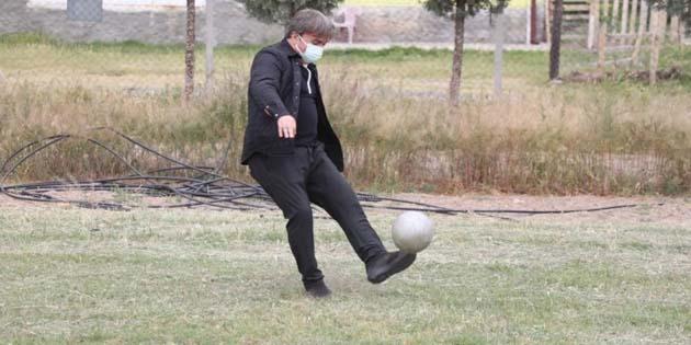 Köyde futbol maçı oynadığı çocuklara forma gönderdi