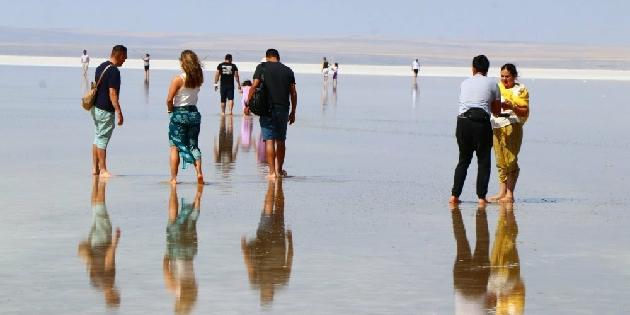 Tuz Gölü'nde yürüme turizmi rekor kırıyor
