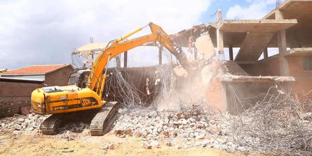 Aksaray'da metruk binalar kontrollü şekilde yıkılıyor