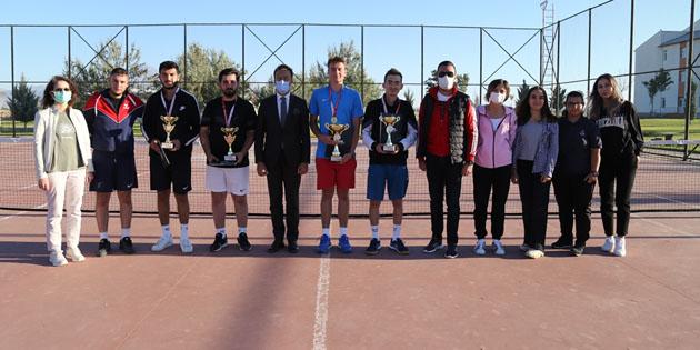ASÜ'de Tenis Turnuvası ödül töreniyle birlikte tamamlandı