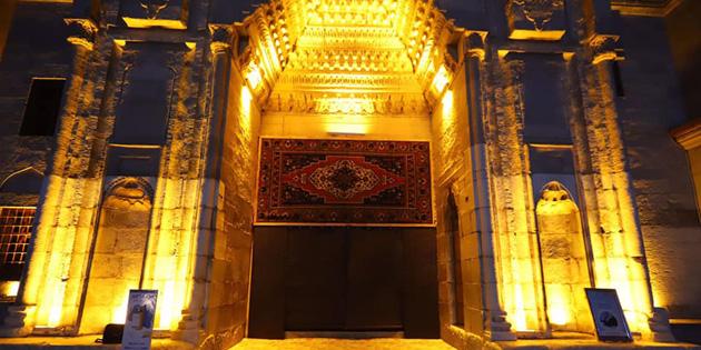 Ulu Cami girişine Taşpınar halısı asıldı