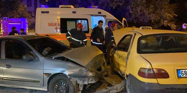 Aksaray'da otomobil ile ticari taksi çarpıştı: 3 yaralı
